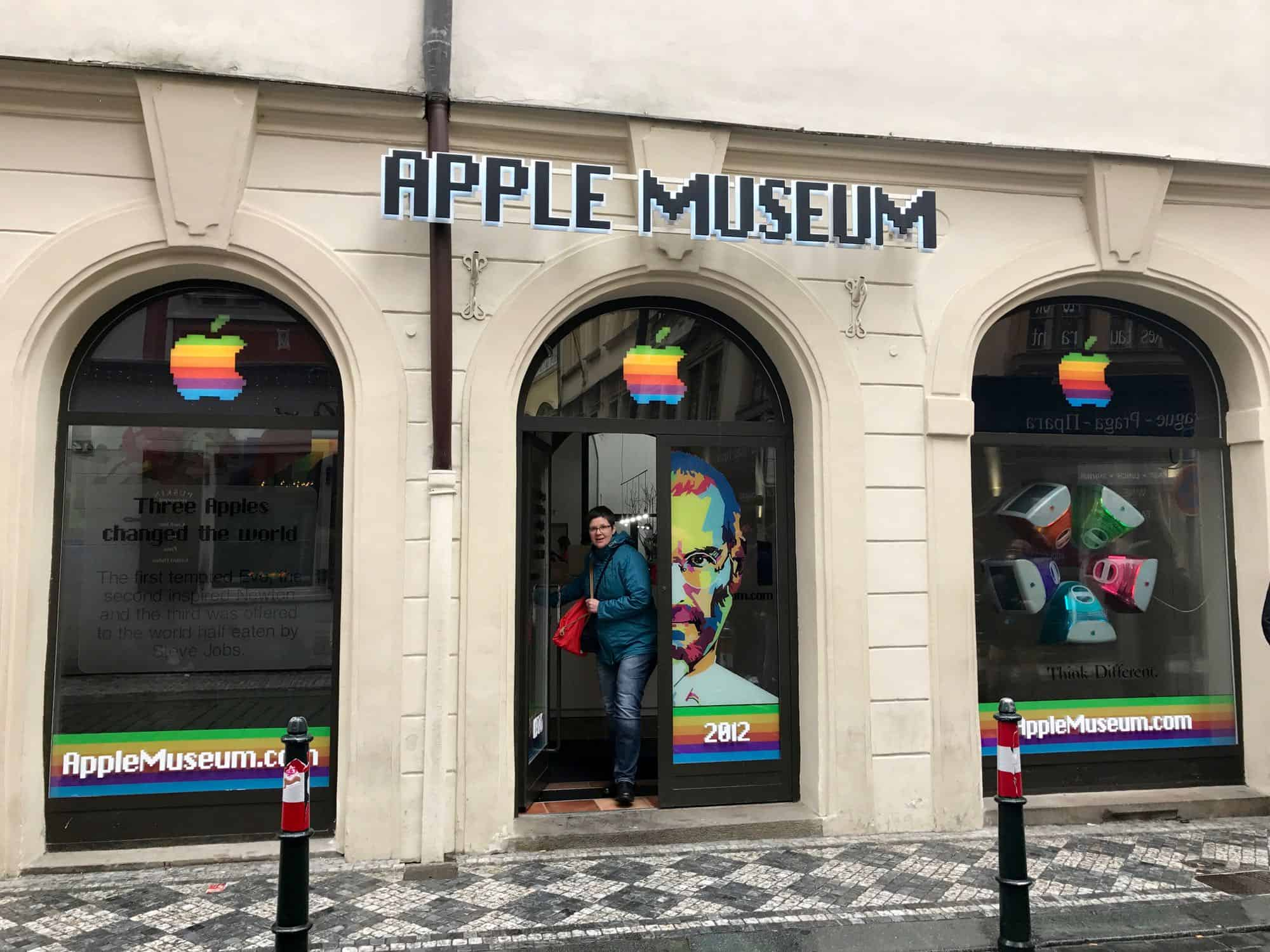 Eingang des Apple Museums in Prag
