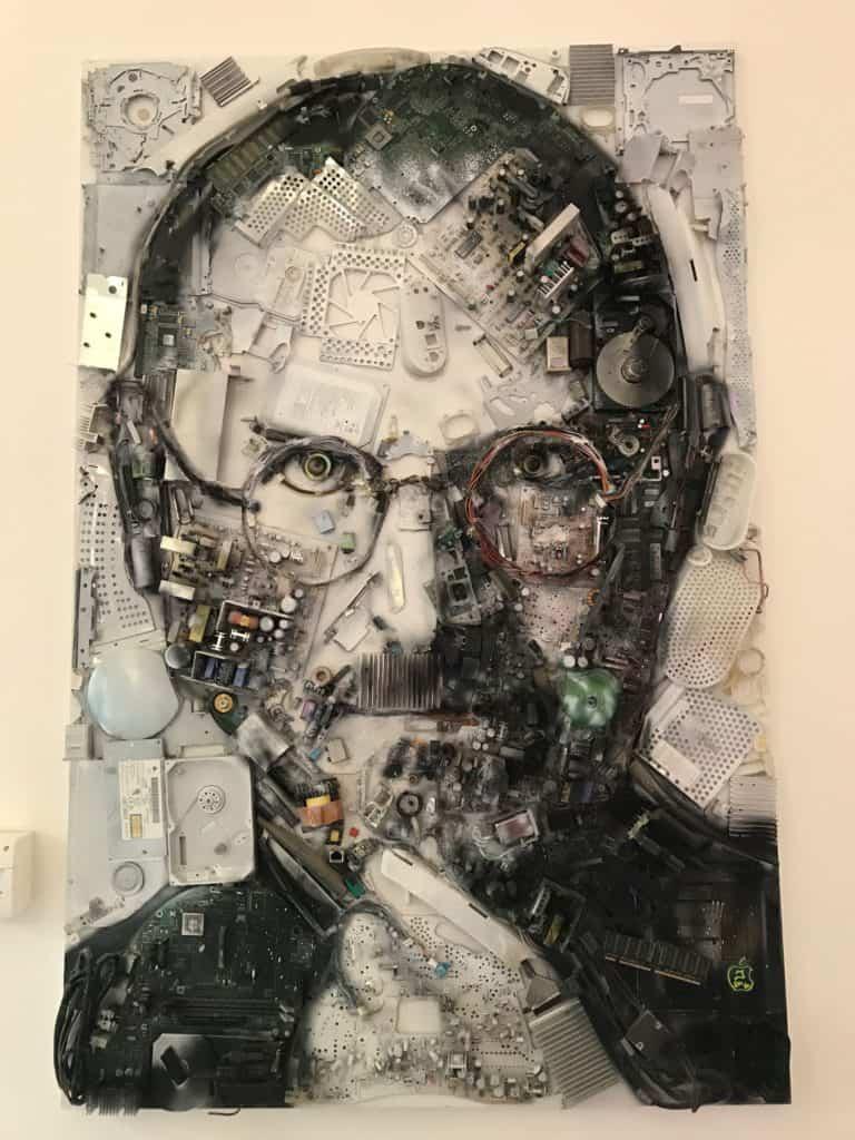 Portrait von Steve Jobs aus Computerhardware zusammengesetzt